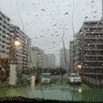 雨すごすぎて駐車場から出られない
